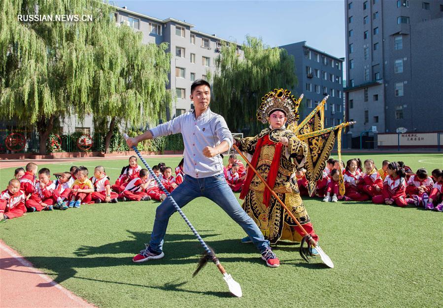 Урок пекинской оперы для школьников из Хух-Хото