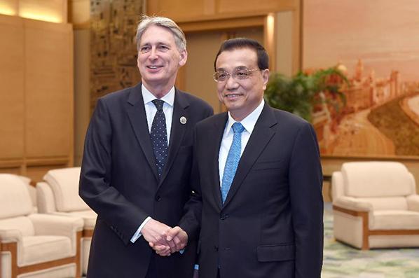 Ли Кэцян встретился с министром финансов Великобритании Ф. Хаммондом