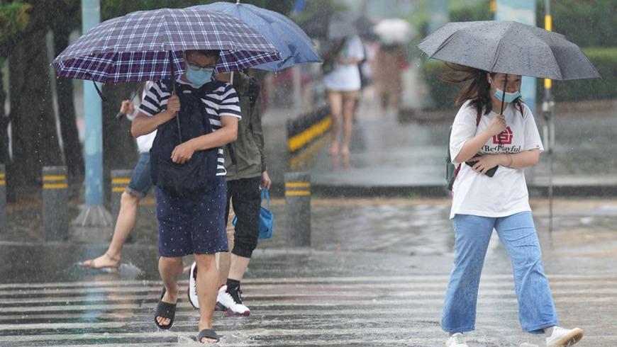 Сильный ливень обрушился на Пекин