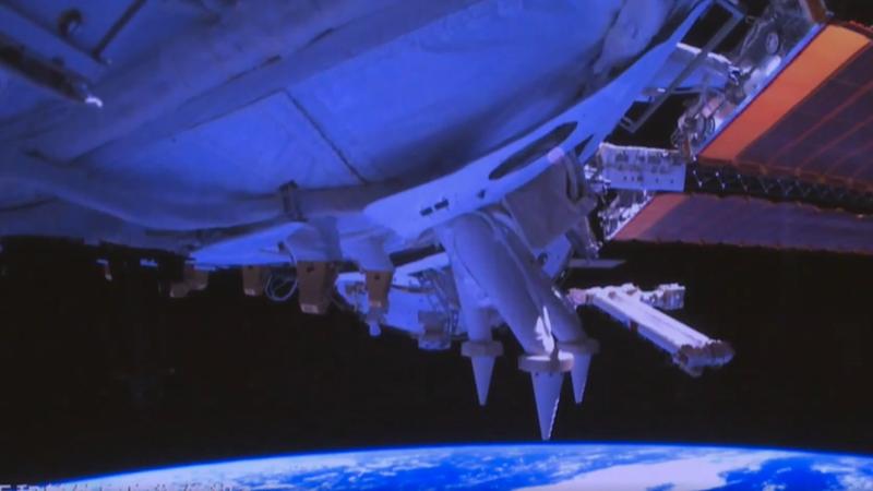 """Китайский пилотируемый космический корабль """"Шэньчжоу-13"""" состыковался с основным модулем космической станции"""