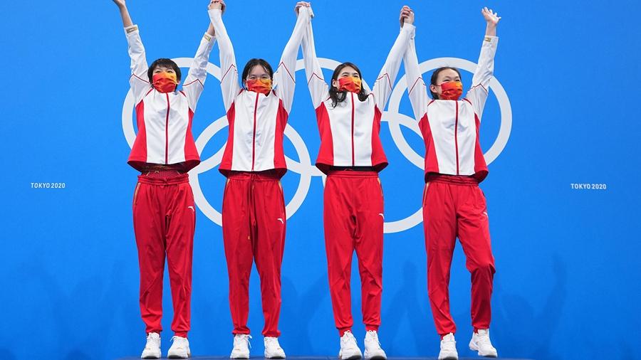 Китайские пловчихи выиграли золото Олимпиады в эстафете 4х200 метров с мировым рекордом