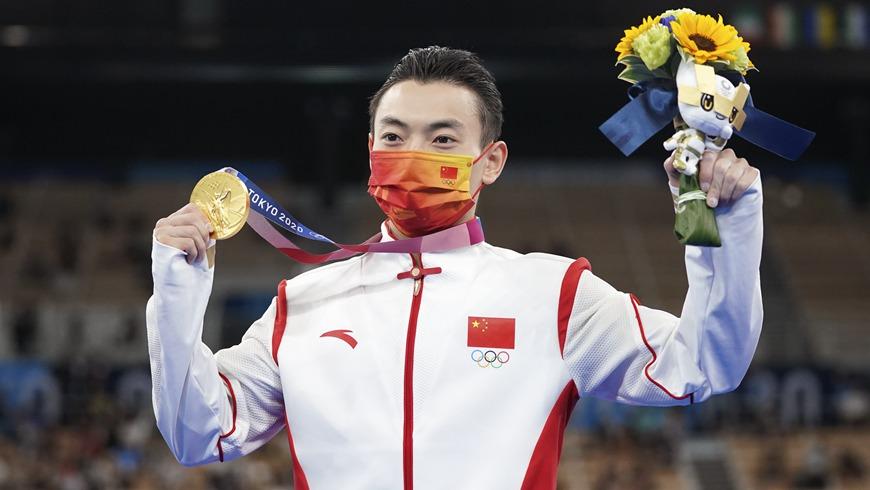 Китаец Цзоу Цзинюань завоевал золото в упражнениях на брусьях на Олимпийских играх в Токио