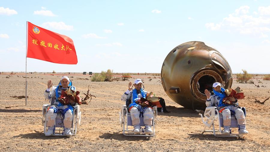 """Возвращаемая капсула пилотируемого космического корабля """"Шэньчжоу-12"""" благополучно приземлилась"""
