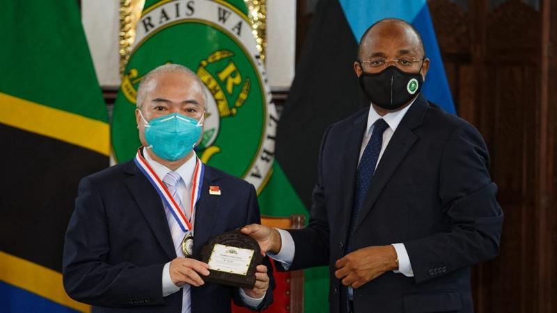 Президент Занзибара наградил китайских медиков