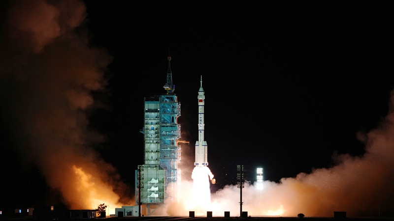 """Китай успешно запустил пилотируемый космический корабль """"Шэньчжоу-13"""""""