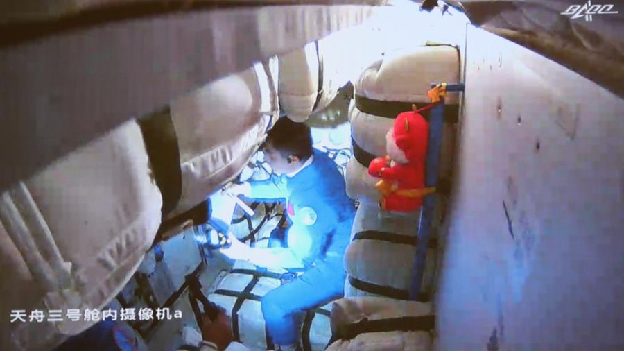 """Космонавты пилотируемого корабля """"Шэньчжоу-13"""" вошли в грузовой корабль """"Тяньчжоу-3"""""""