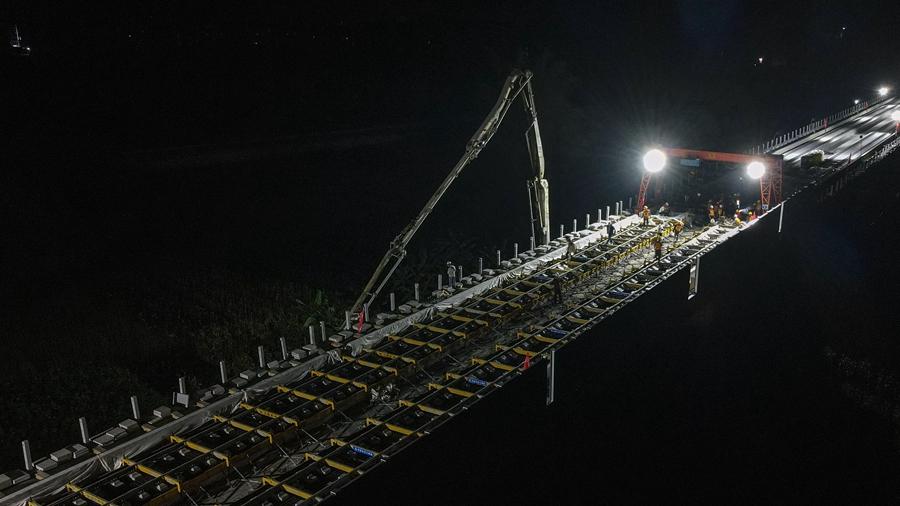 На гуансийском участке ВСЖД Гуйян -- Наньнин началось строительство безбалластного железнодорожного пути