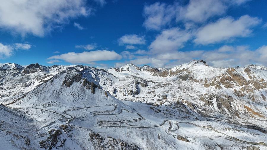 Снежная гора Дзамбала в провинции Сычуань