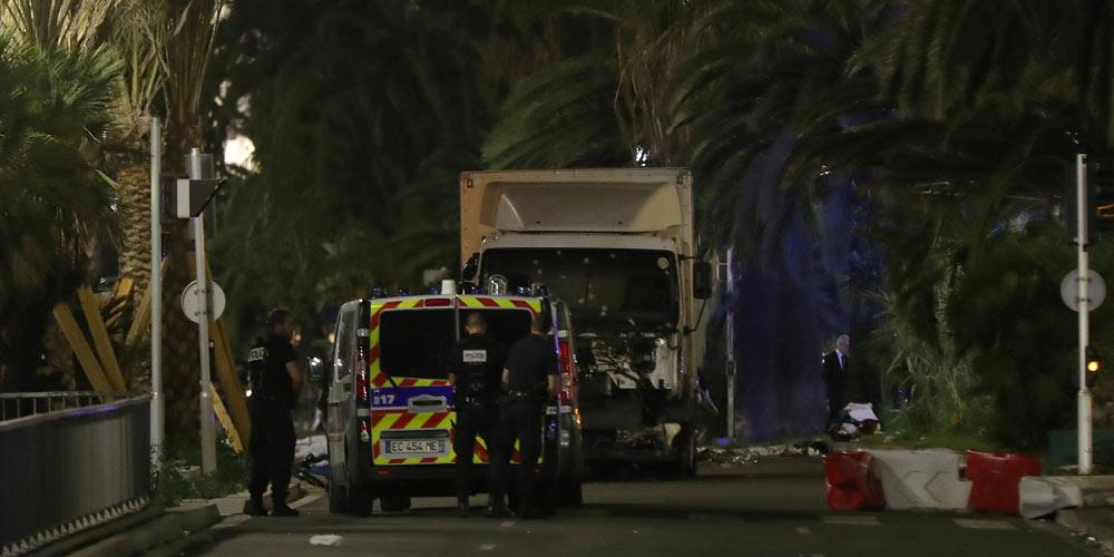 Во Франции грузовик врезался в толпу, десятки человек погибли