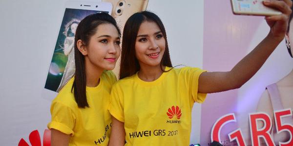 """Презентация нового смартфона """"Хуавэй"""" в Лаосе"""