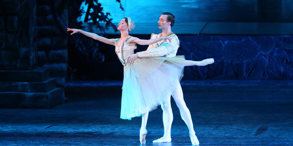 """Труппа """"Кремлевского балета"""" выступила в Тяньцзине с балетом """"Лебединое озеро"""""""
