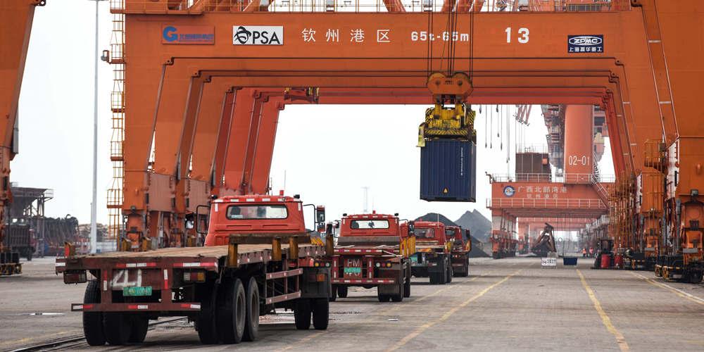 В бондовой портовой зоне города Циньчжоу на юге Китая