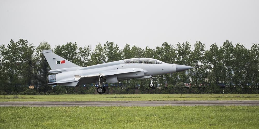 Китайский учебно-боевой истребитель JF-17B успешно провел свой первый полет
