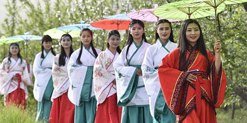 Выступление в костюмах эпохи Хань на яблоневых плантациях в пров. Ганьсу