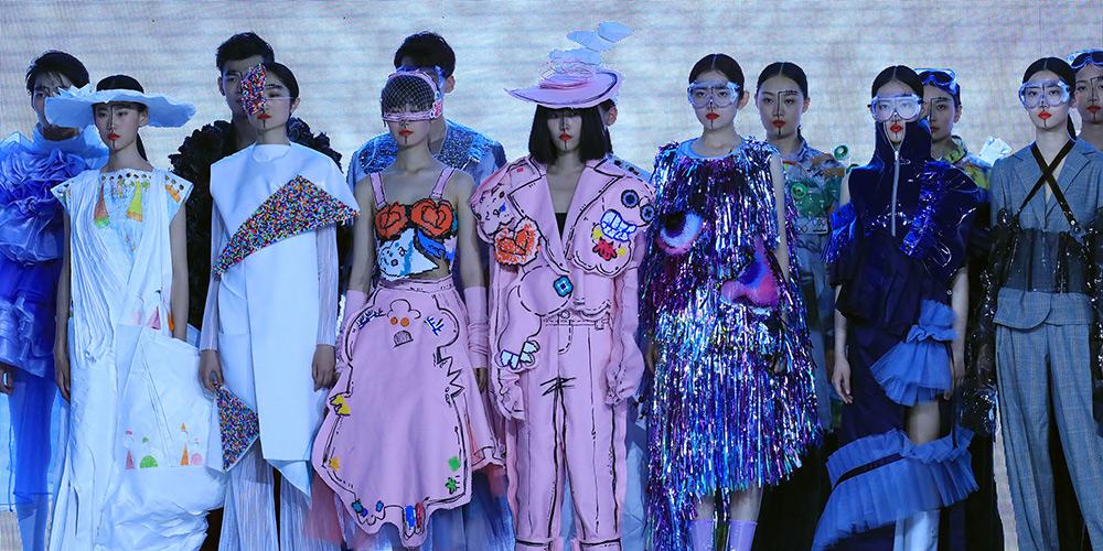 Показ коллекции, созданной выпускниками университета Дунхуа, на студенческой неделе моды в Пекине