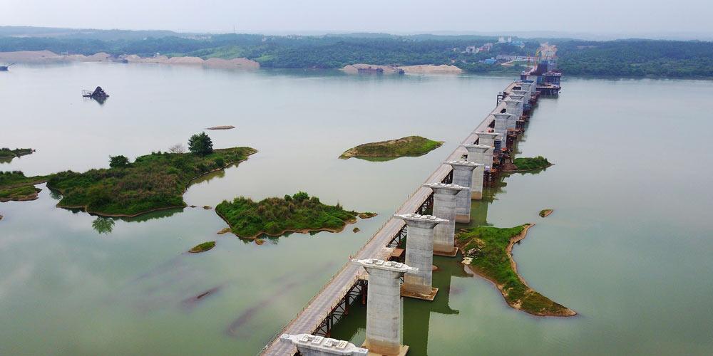 На строящейся железной дороге Мэнхуа завершился монтаж опорной части моста через Ганьцзян