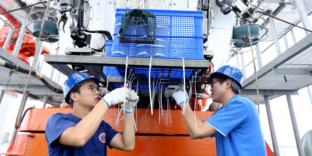 """23 мая китайский батискаф """"Цзяолун"""" совершит погружение в самую глубокую точку на поверхности Земли"""