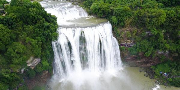 Водопад Хуангошу в провинции Гуйчжоу после весенних дождей