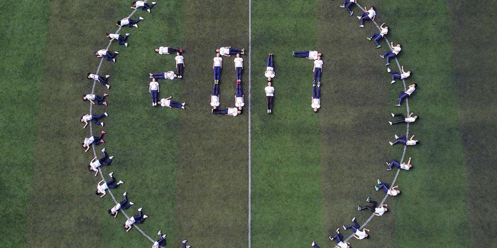 Выпускники из Гуйчжоу отметили последние дни в школе забавной фотосессией