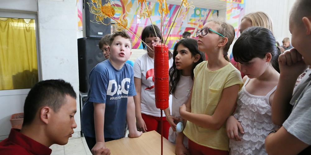 Ребята из Беларуси знакомятся с сокровищами китайской народной культуры