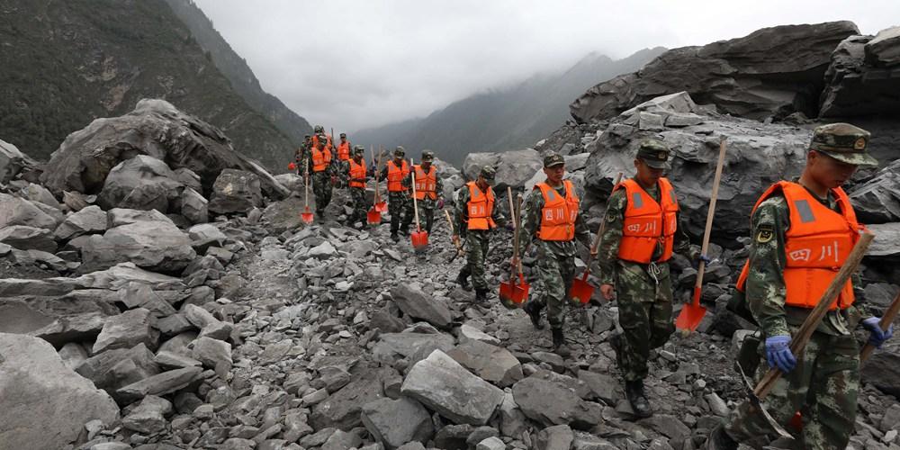 На месте оползня в провинции Сычуань продолжается спасательная операция