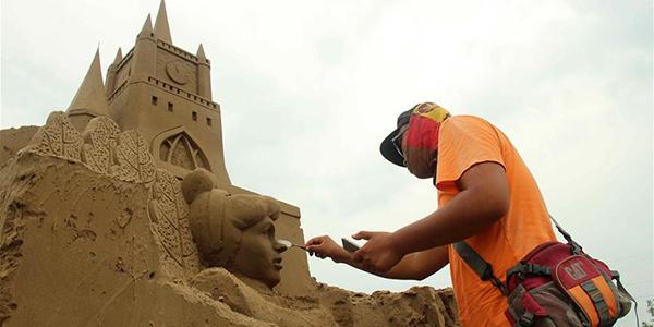Мастера создают песчаные скульптуры на берегу реки Хуанхэ