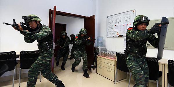 В городе Яньтай прошли межрайонные комплексные антитеррористические учения вооруженной полиции