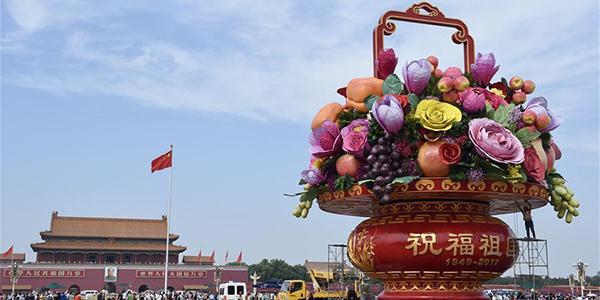 Площадь Тяньаньмэнь украсили к празднику огромной композицией из цветов и фруктов