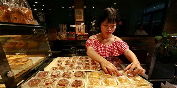 В преддверии Праздника середины осени в Китае наращивается производство лунных пряников
