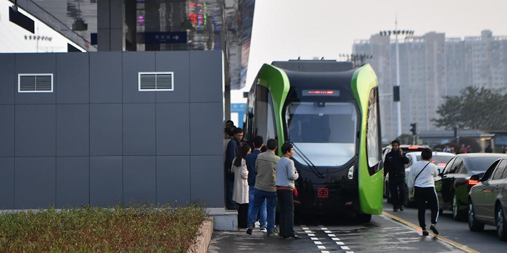ВКитайской народной республике представили 1-ый вмире «безрельсовый» поезд