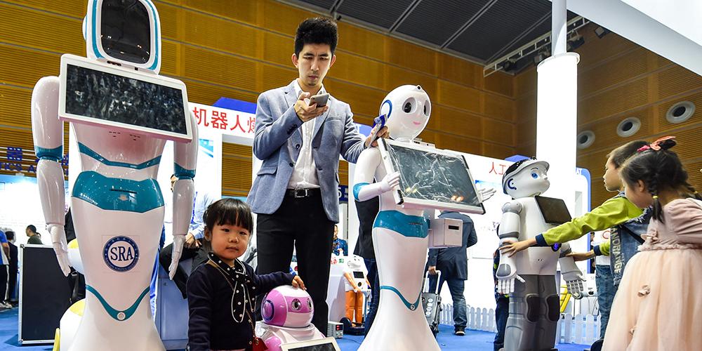 Роботы на Китайской выставке высоких технологий демонстрируют свои умения