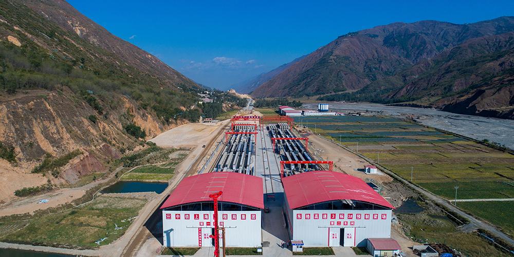 В провинции Юньнань начался монтаж балок мегамоста Цыпинцзы скоростного шоссе Дунчуань — Гэлэ