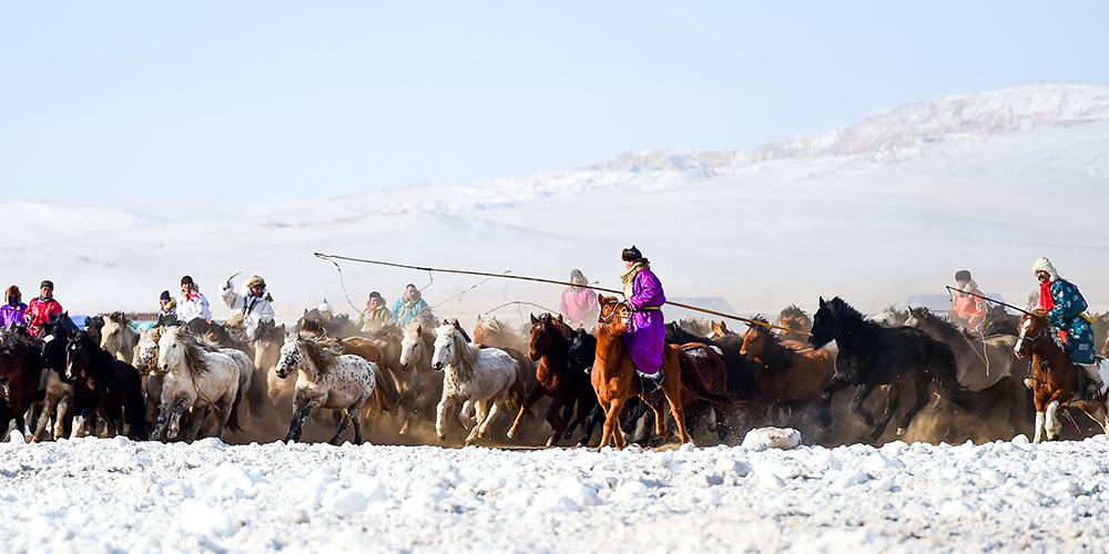 """Традиционный фестиваль """"Зимний Наадам"""" во Внутренней Монголии"""