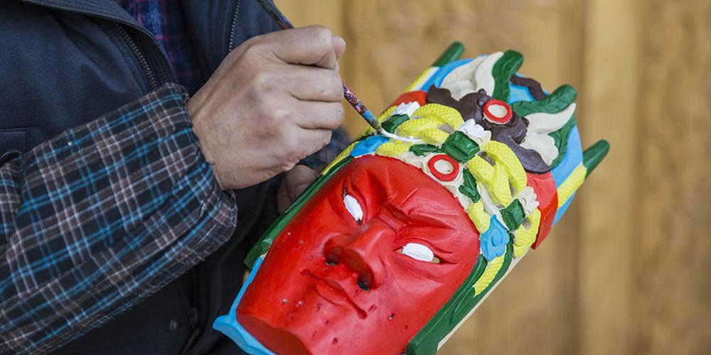 Изготовление масок для традиционной китайской музыкальной драмы в провинции Гуйчжоу