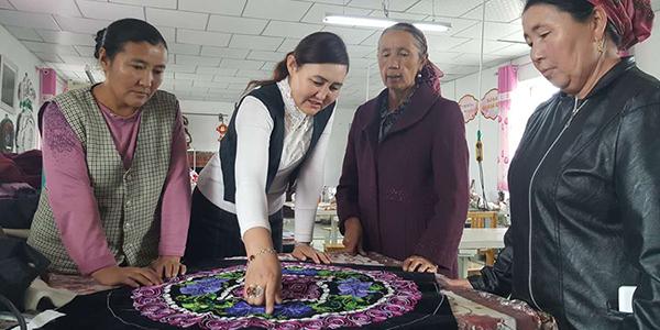 Вышитые изделия синьцзянских казашек продаются в Казахстане