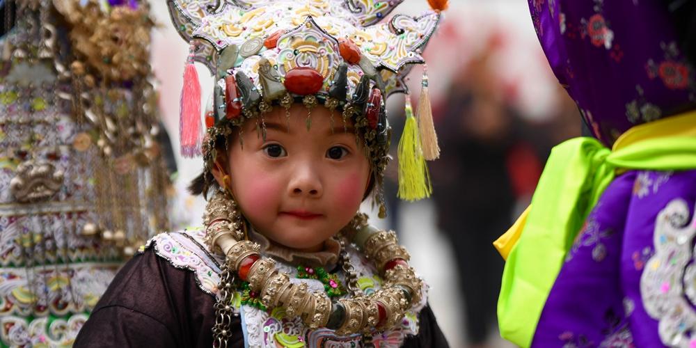 Детские головные уборы народности дун на праздновании дунского Нового года