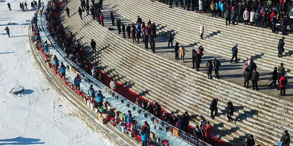 Гигантскую картину на снегу и огромную барную стойку изо льда представили в провинции Цзилинь