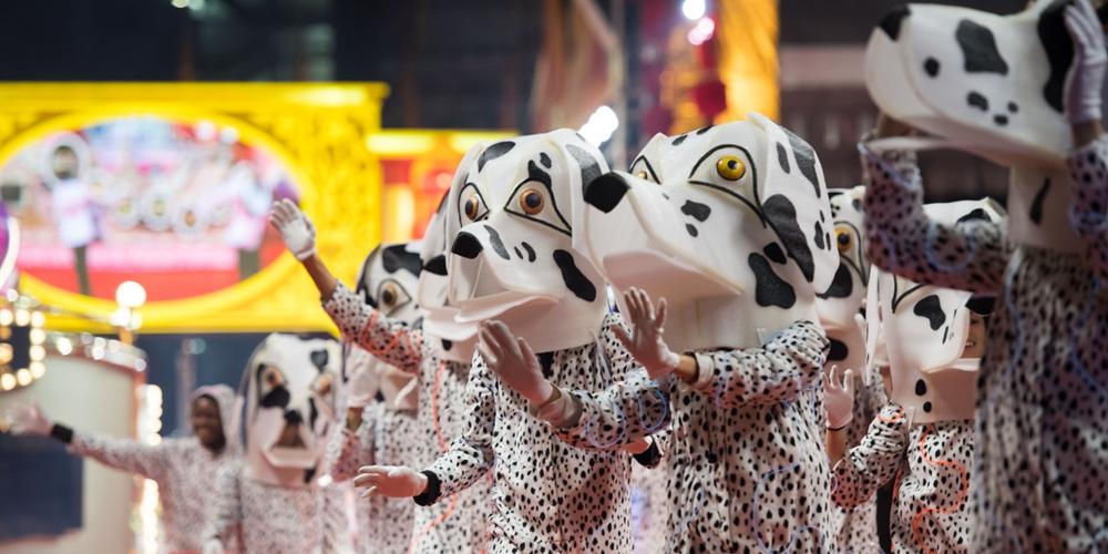 В Аомэне прошел новогодний парад украшенных платформ