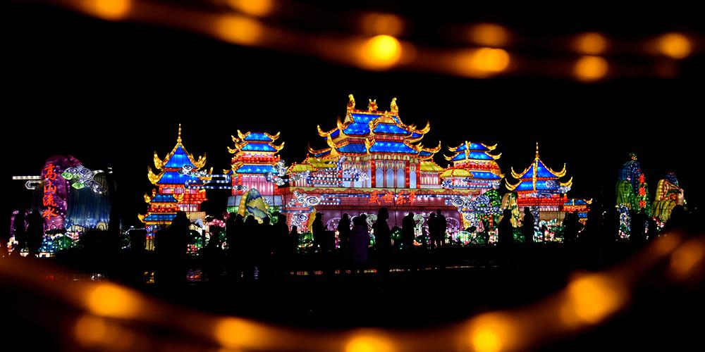 Выставка цветных фонарей в уханьском парке Юаньбо