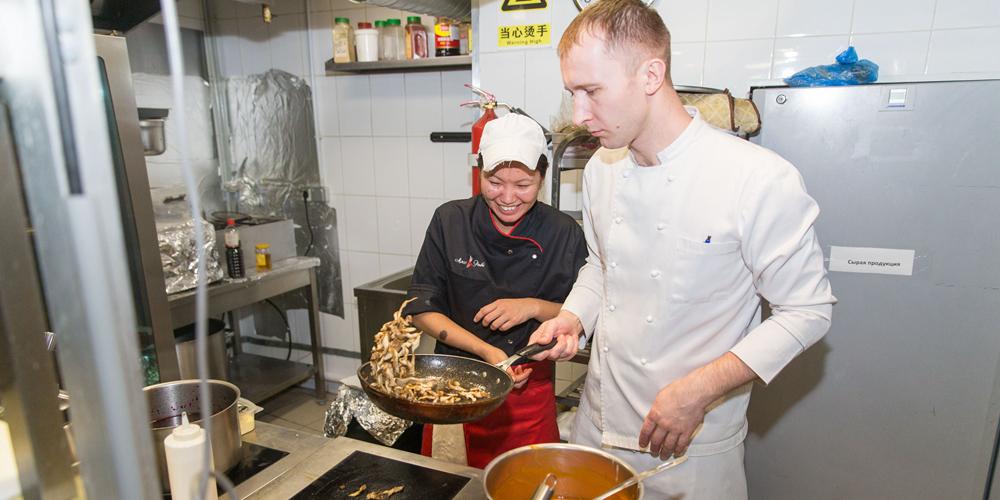 Кулинары из Китая и России продемонстрировали свое искусство на ужине по случаю праздника Весны