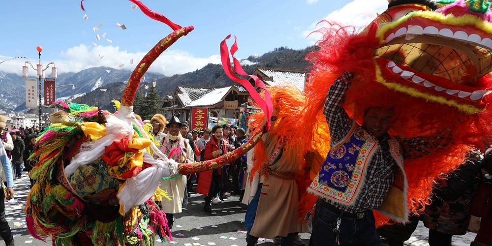 Тибетцы из провинции Сычуань молятся о богатом урожае в новом году