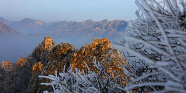 Весенний снег на участке Великой Китайской стены в Цзянькоу