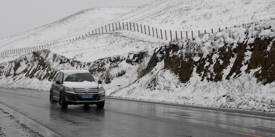 """Снегопад прошел в сезон """"сяомань"""" в горах Циляньшань"""