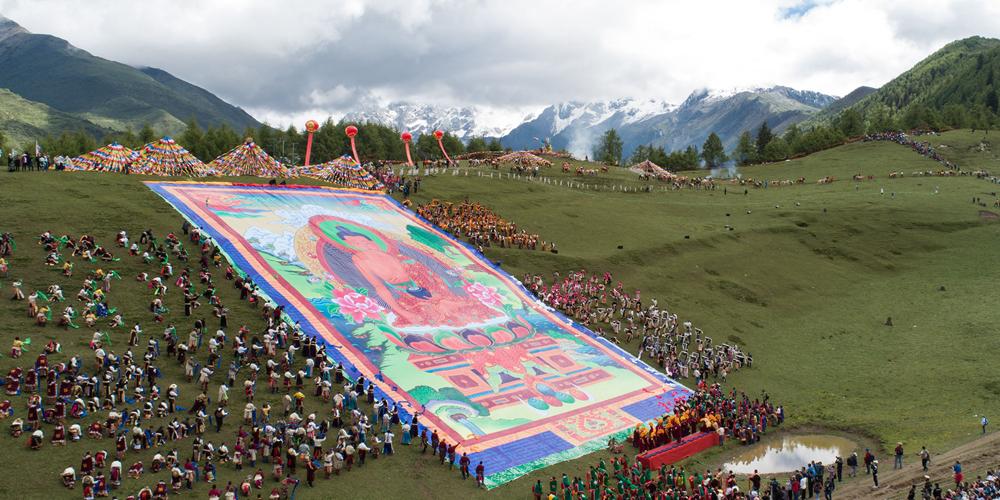 Ежегодное паломничество тибетцев к горе Четырех девиц