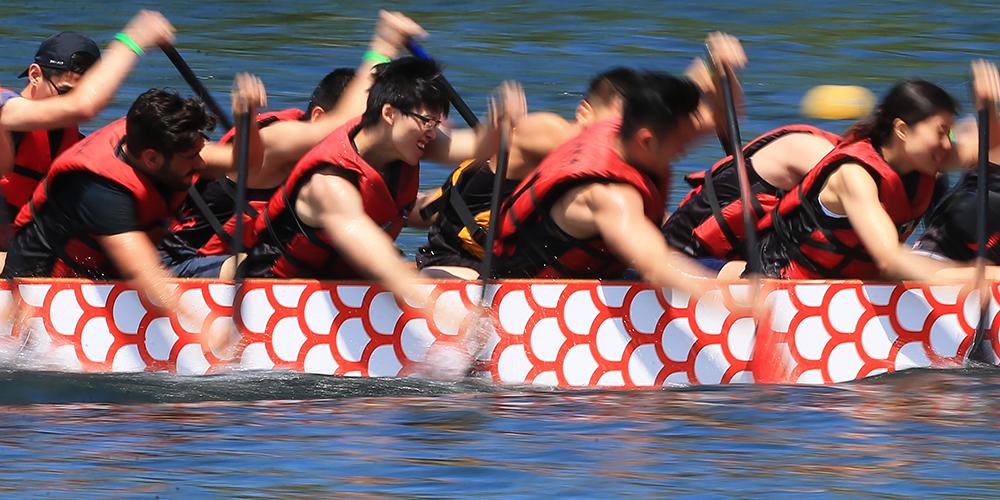 Соревнования по гребле на драконовых лодках в Торонто