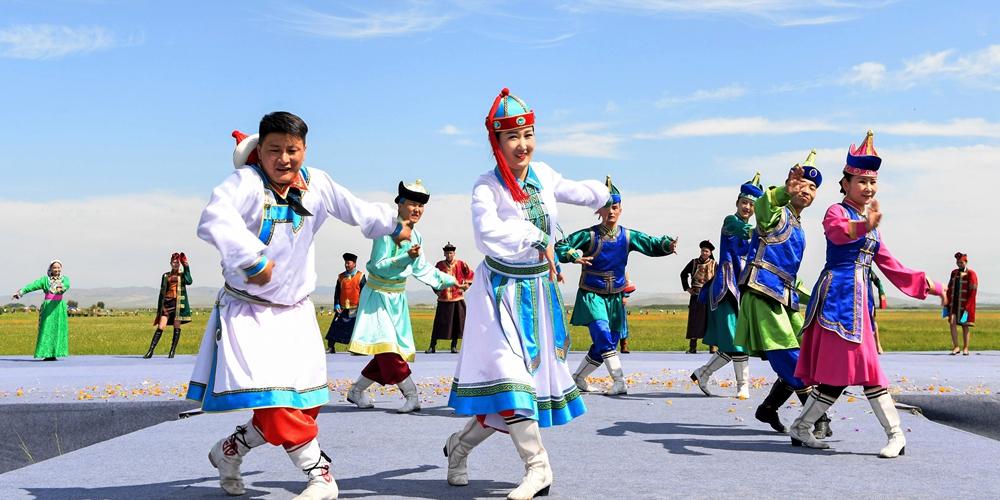 Туристический фестиваль цветов купальницы в степях Внутренней Монголии