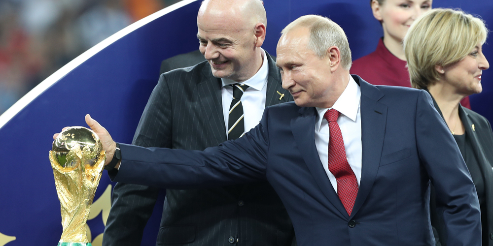 Футбол -- ЧМ-2018, финал: В.Путин погладил Кубок мира