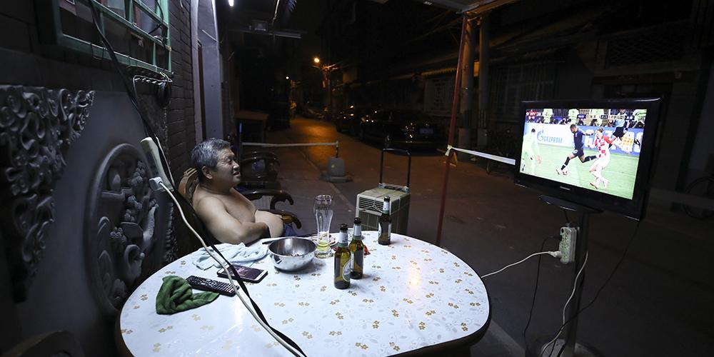 Ночь большого футбола в пекинских переулках
