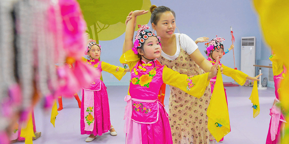 Дети приобщаются к традиционной музыкальной драме в провинции Хэбэй