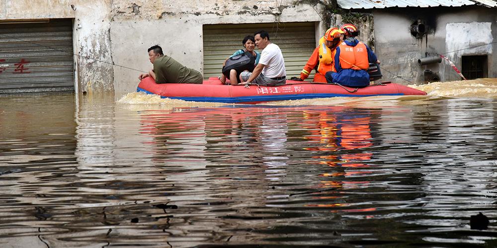 """Из-за супертайфуна """"Мангхут"""" затоплена часть улиц в городском уезде Янчунь провинции Гуандун"""
